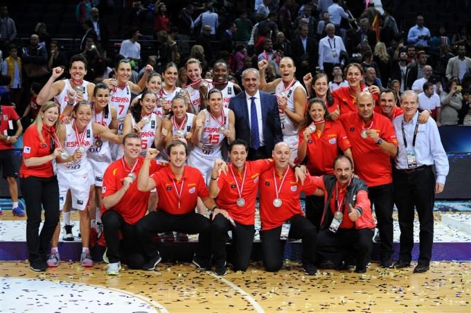 En esta imagen podemos ver a la Selección Española Femenina FEB completa (Jugadoras, cuerpo Técnico y representantes federativos) celebrando la consecución de esta Medalla de Plata, celebrando este Subcampeonato del mundo
