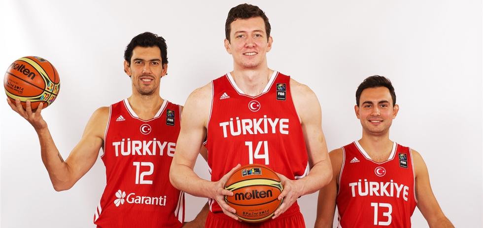 En esta foto podemos ver a Kerem Gonlum, a Omer Asik y a Ender Arslan, 3 de las Estrellas de Turquía en el Último Mundial